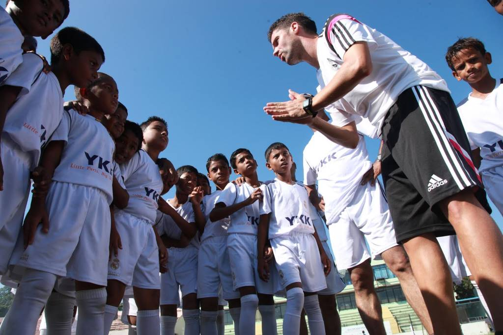 Rafa sharing his knowledge with players during Clinic in Bangladesh
